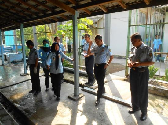 Zaenal Arifin, Kepala Lapas Kelas IIA Yogyakarta tengah meninjau salah satu blok hunian WBP pada Kamis (12/6). Foto: Ambar Kusuma