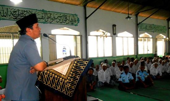 Ustadz Arif Gunadi dari Kanwil Kementerian Agama DIY tengah menjelaskan mengenai keutamaan puasa di bulan Ramadhan kepada Jamaah Masjid Al-Fajar Lapas Kelas IIA Yogyakarta pada Selasa 924/6)