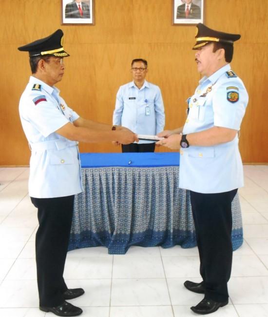 Zaenal Arifin, Bc.IP., S.Sos menerima jabatan baru sebagai Kalapas Yogyakarta setelah menandatangani memori serah terima jabatan dari Drs. Rudy Charles gill, Bc.IP pada Kamis (2/1) di Aula Lapas Yogyakarta.