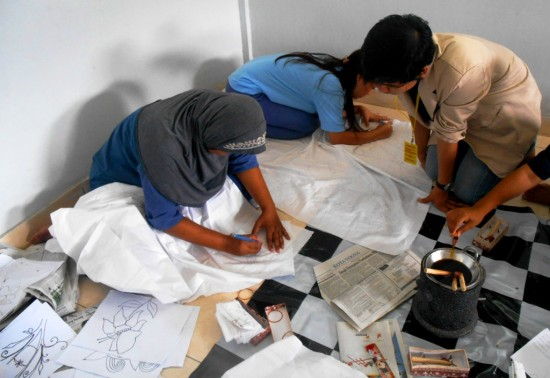 Salah satu Mahasiswa Universitas Sanata Dharma Yogyakarta tengah mendampingi Warga Binaan Pemasyarakatan (WBP) dalam pelatihan batik yang diselenggarakan kurang lebih selama tiga bulan. Foto: Ambar kusuma