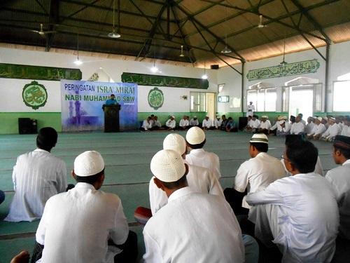 WBP tengah menyimak materi tauziah Ustadz Sigit Julianto saat peringatan Isra' Mi'raj di Masjid Al-Fajar Lapas Yogyakarta pada Jumat (6/6)