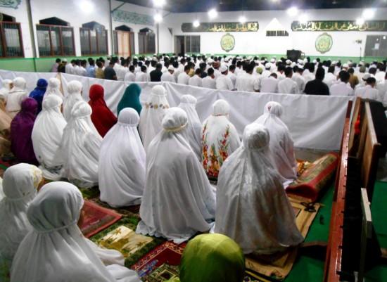 Warga Binaan Pemasyarakatan terlihat khusyuk mengikuti ibadah Shalat Tarawih berjamaah di Masjid Al-Fajar Lapas Kelas IIA Yogyakarta pada Jumat (27/6).