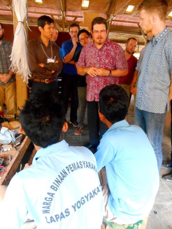 Beberapa Mahasiswa Sidney University terlihat antusias berbincang dengan Warga Binaan pemasyarakatan (WBP) di bengkel kerja Lapas Kelas IIA Yogyakarta atau Lapas Wirogunan pada Kamis (10/7).