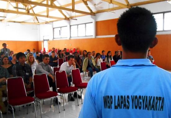 Seorang Warga Binaan Pemasyarakatan (WBP) pria tengah bercerita dihadapan para mahasiswa dari Sidney University Australia di aula Lapas Wirogunan pada Kamis (10/7).