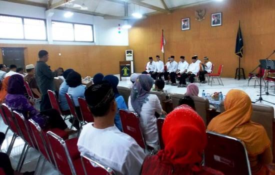 Warga Binaan Pemasyarakatan (WBP) menampilkan kesenian hadroh di hadapan para tamu undangan pada acara buka bersama pegawai, Kamis (24/7) di Aula lapas Wirogunan yogyakarta.