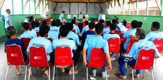 Warga Binaan Pemasyarakatan tengah menunggu antrian untuk memberikan hak pilihnya pada Pemilihan Presiden dan wakil presiden tahun 2014 di Lapas Kelas IIA Yogyakarta pada Rabu ( 9/7 ).