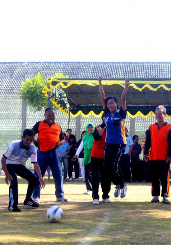 Salah seorang peserta lomba dari Tim tata Usaha Lapas Yogyakarta kegirangan setelah tendangannya berhasil memasukkan bola ke gawang dalam permainan Lomba Pinalti HUT ke-69 Kemerdekaan RI.