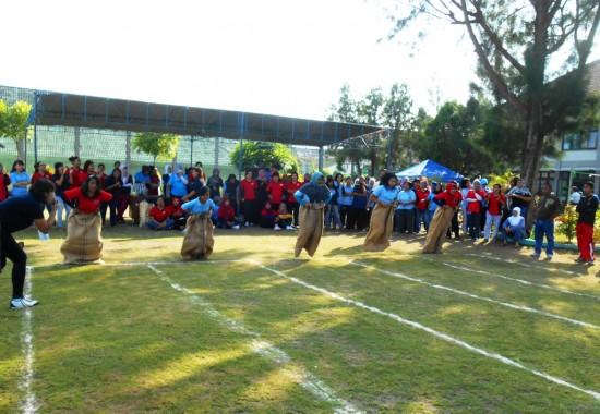 Permainan tradisional balap karung, salah satu lomba yang diikuti Warga Binaan Pemasyarakatan (WBP) dalam rangka menyambut HUT ke-69 Kemerdekaan RI.