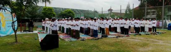 Jamaah nampak khusyuk melaksanakan Sholat Ied berjamaah di area lapangan Lapas Wirogunan pada Senin (28/7). Foto: Ambar Kusuma