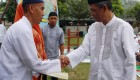 Zaenal Arifin, Kepala Lapas Kelas IIA Yogyakarta menyalami Warga Binaan Pemasyarakatan (WBP) penerima remisi khusus Hari Raya Idul Fitri 1435 H pada senin (28/7). Foto: Ambar Kusuma