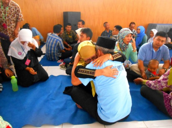 Salah seorang Warga Binaan Pemasyarakatan (WBP) dipeluk erat oleh salah satu anggota keluarga pada Kunjungan Hari raya Idul Fitri 1435 h di Aula Lapas Wirogunan pada Rabu, (30/7).