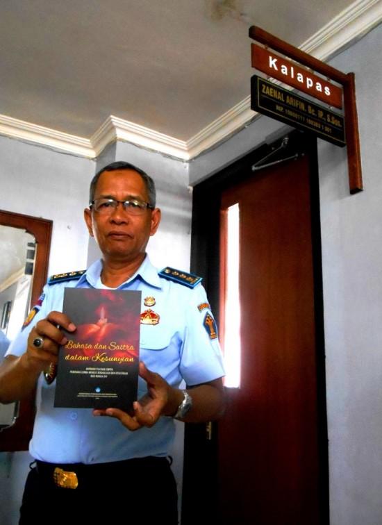 """Zainal Arifin, Kepala Lapas Yogyakarta menunjukkan Buku antologi berjudul """"Bahasa dan Sastra Dalam Kesunyian"""" setelah menerima buku tersebut pada Rabu (12/11)."""