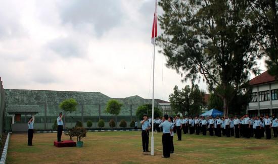 Petugas pengibar bendera merah putih Tengah menjalankan tugasnya di Upacara Peringatan Hari pahlawan nasional pada Senin, (10/11) di lapangan Upacara lapas kelas IIA Yogyakarta.