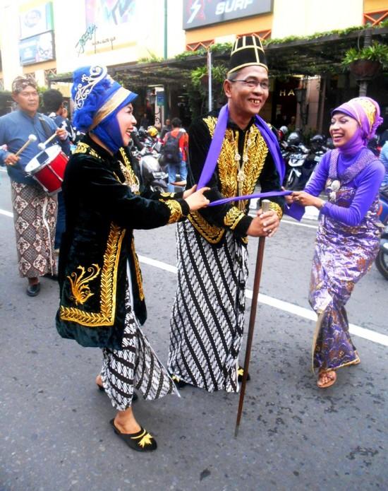 Zaenal Arifin, Kepala Lapas Wirogunan (tengah) tengah memerankan tokoh Tumenggung Wiroguna dalam acara Pawai Peringatan Hari AIDS di jalan Malioboro Yogyakarta pada Senin (1/12).