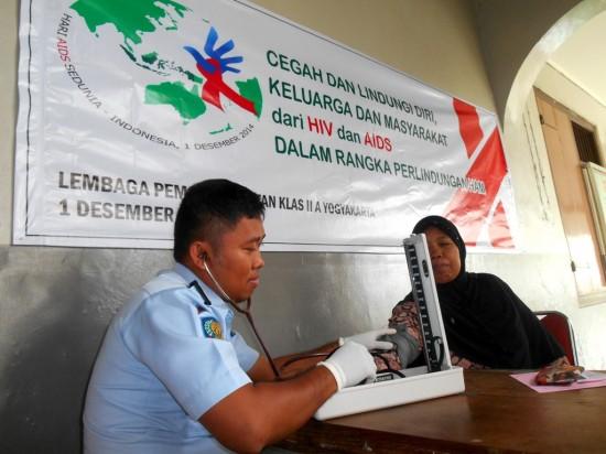 Seorang petugas kesehatan tengah memeriksa salah seorang pengunjung lapas Kelas IIA yogyakarta (19/11). Foto: Husni Tamrin