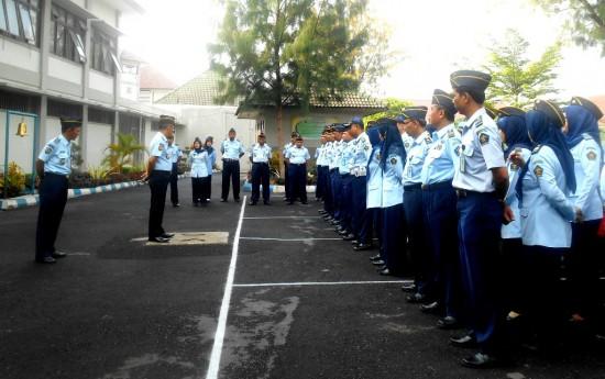 Zaenal Arifin, Kepala Lapas Kelas IIA Yogyakarta tengah menyampaikan pengarahan kepada petugas, Senin (24/11). Foto: Husni Tamrin