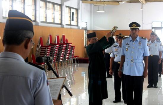 Zaenal Arifin, Kepala Lapas Yogyakarta melantik Endarto untuk menduduki jabatan baru sebagai Kepala Seksi Administrasi Keamanan dan Tata Tertib Lapas Kelas IIA Yogyakarta, pada Kamis (8/1). [Foto: Husni Tamrin]