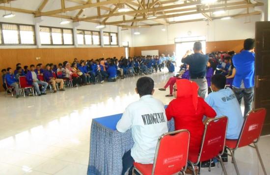 Tiga Warga Binaan Pemasyarakatan (WBP) tengah bersiap berbagi cerita dengan para mahasiswa, dalam kunjungannya ke Lapas Yogyakarta, Selasa (13/1).