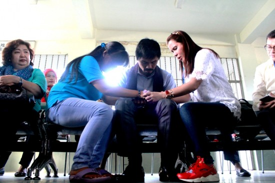 Diakhir pertemuan, Pacman beserta istrinya dan Marry Jane terlihat saling berpegang tangan berdoa dengan khusyu di ruang besukan Lapas Wirogunan pada Jumat (10/7). [Foto: Husni Tamrin]