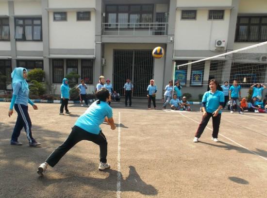 Para WBP terlihat antusias mengikuti pertandingan Bola Voli di Lapangan Voli Lapas Wirogunan, Kamis (13/8)/ [Foto: Ambar Kusuma]