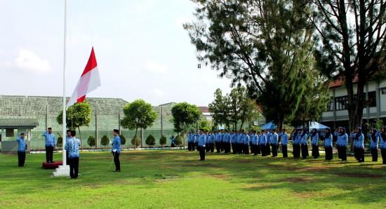 Pengibaran Bendera Merah Putih pada Upacara HUT Korps Pegawai Repiblik Indonesia (KORPRI) Ke-44 di lapangan upacara Lapas Kelas IIA Yogyakarta pada Senin (30/11). [FOTO: Indras TC]