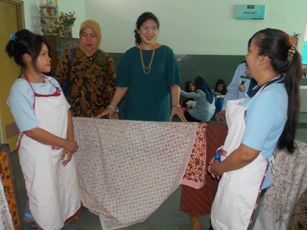 Kunjungi Lapas Wirogunan Nyonya Amir Syarifudin Pesan Batik buatan Mary Jane