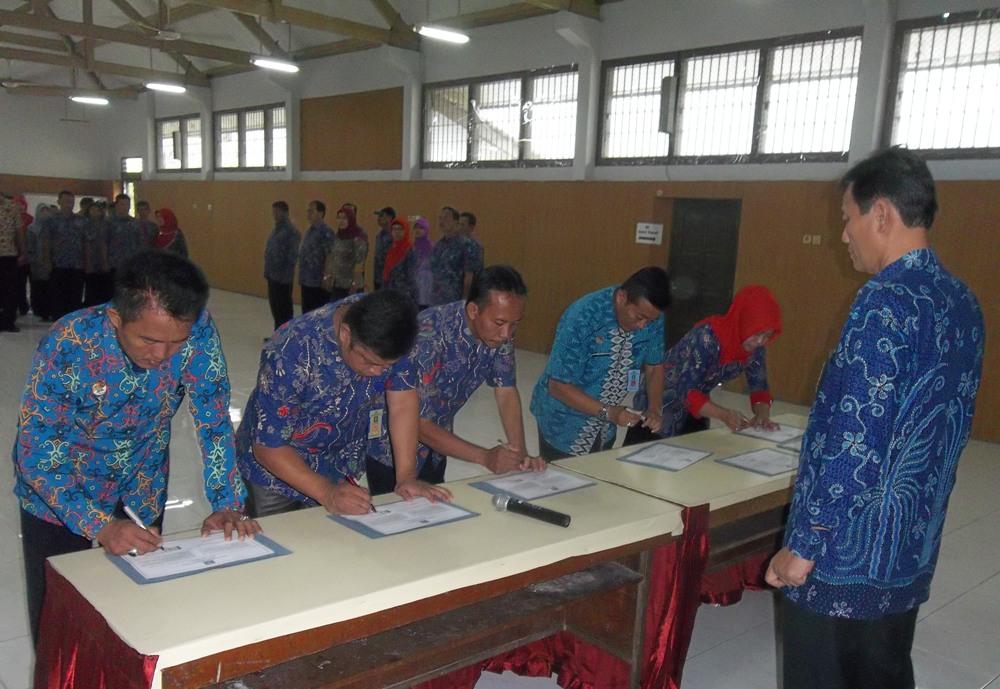 Pegawai Lapas Wirogunan Menandatangani Naskah Pakta Integritas