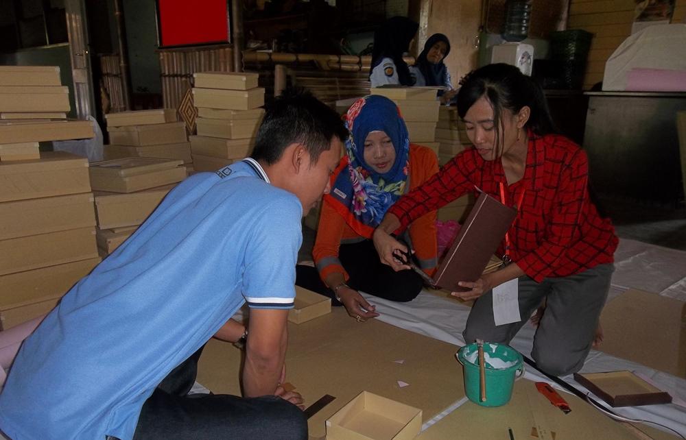 """Tiga Wanita """"Margaria Group"""" Ajarkan Ketrampilan Membuat Box Kado"""