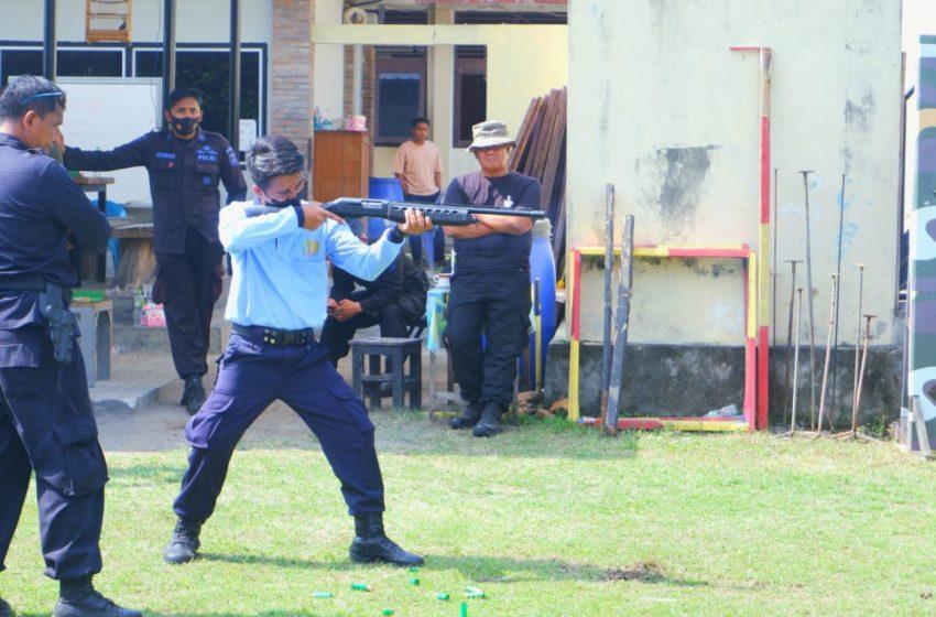 Tingkatkan Keterampilan, Petugas Lapas Yogyakarta Latihan Menembak